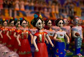 Enfeites de esqueletos vendidos na Cidade do México para o Dia dos Mortos. Foto: Ronaldo Schemidt/AFP