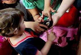 Crianças acariciam serpente no Instituto Butantan