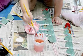 Crianças pintam centopeias feitas de caixa de ovos no Instituto Butantan